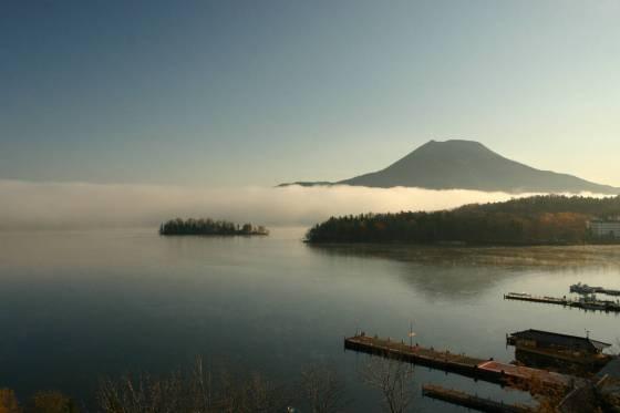 阿寒湖温泉街眺める阿寒湖とを雄阿寒岳