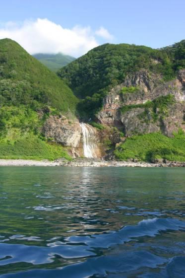 知床観光船から見たカムイワッカの滝