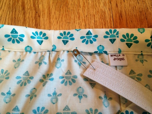 use a safety pin to guide elastic, skirt tutorial elastic waistband