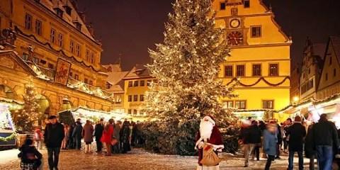 Il grande albero di Natale a Rothenburg ob der Tauber