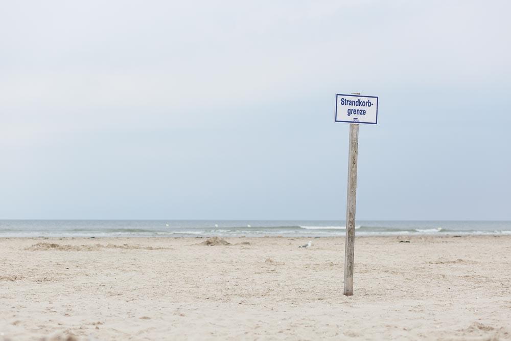 Impressionen der Nordsee in St. Peter Ording am Strand | Fotografie by nordbrise.net | Strandkorbgrenze am Wasser