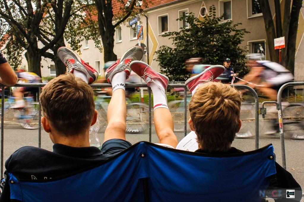 Lukas und Moritz legen schon einmal die Beine hoch und schauen sich das Rennen der KT A B Klasse an. Nächstes Jahr wollen beide auf der anderen Seite des Zaunes sein :)