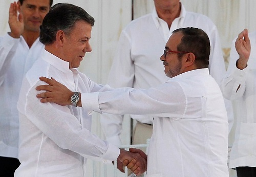 Colombian President Juan Manuel Santos (L) and Marxist rebel leader Timochenko