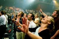 Evangélicos chegam a 40 milhões de pessoas no Brasil e empresas investem em produtos e serviços exclusivos
