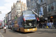 """Olimpíadas 2012: Missionários cristãos levam """"Ônibus do Louvor"""" para as ruas de Londres"""