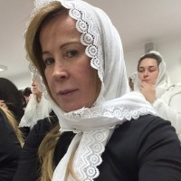 Após se divorciar de Zezé di Camargo, Zilu se converte, faz selfie durante culto e erra nome da igreja que frequenta