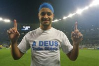 Cruzeiro é tetra: jogadores e torcida exaltam a Deus com camisas e faixas no Mineirão