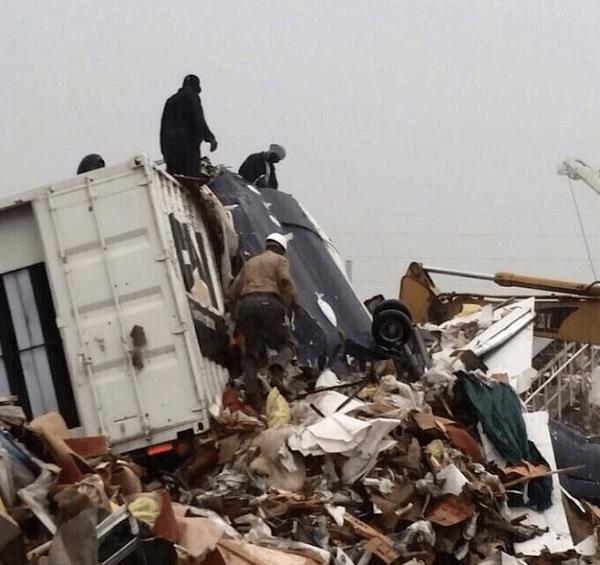 Equipe de buscas junto aos destroços