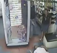 """Vídeo mostra assaltante morrendo instantaneamente após dono de loja orar e dizer """"sangue de Cristo tem poder""""; Assista"""