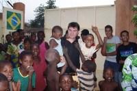 Ex-paquito da Xuxa se torna missionário e adota 17 crianças no país mais pobre do mundo