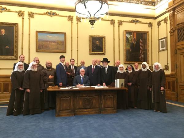 Governador cercado por lideranças religiosas na assinatura do ato