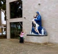 Evangélica é presa após destruir imagem sacra de uma Igreja Católica com golpes de enxada