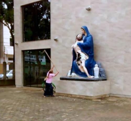 mulher-destroi-imagem-de-santo.jpg (500×463)