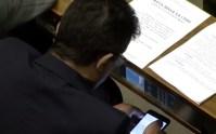 Deputado da Frente da Família é flagrado assistindo vídeo pornô em sessão da Câmara
