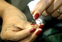 Aliança de casamento livra pastor de ser atingido em troca de tiros entre policiais e bandidos