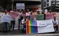 """Grupo evangélico participa da Parada Gay com críticas a líderes: """"Jesus Cura a Homofobia"""""""