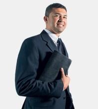 Pastor gay fala sobre a polêmica Bíblia inclusiva e acusa evangélicos de perseguição; SBB nega envolvimento no projeto