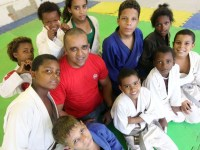 Pastor toca projeto social em antigo lixão e oferece esporte e comida a crianças e adolescentes