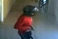 Ladrão invade igreja, aponta arma para criança exigindo um celular e recebe um pirulito