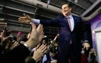 Pré-candidato evangélico vence primeira prévia nas eleições dos EUA e pede orações