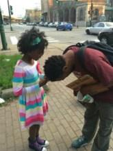 "Foto de menina orando por morador de rua emociona e viraliza nas redes sociais: ""Incrível"""