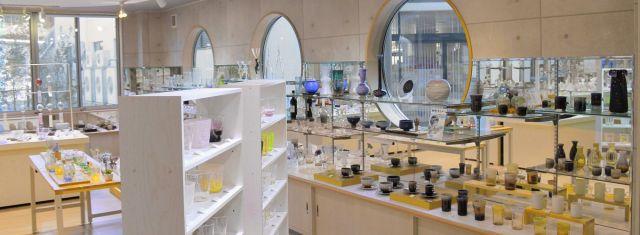 能登島ガラス工房直営のガラスショップ店内