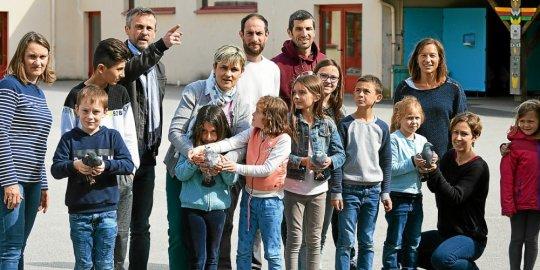 Les pigeaons voyageurs de l'école de Saint Thuriau sont venus prendre leur envol à Hennebont pour regagner leur logis