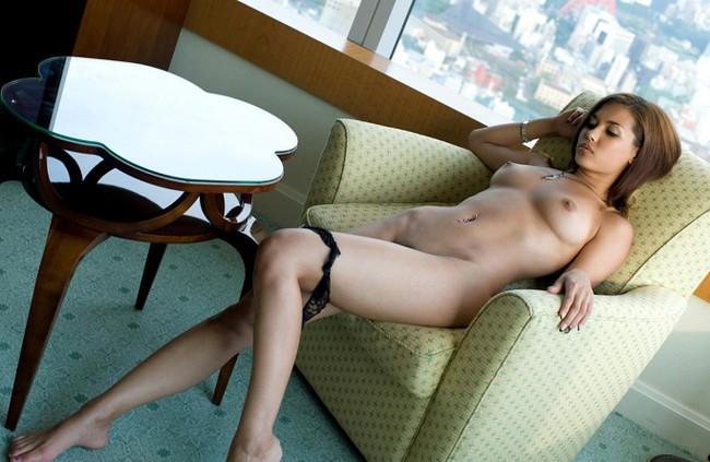【ヌード画像】裸で椅子に座った美女が妙にそそるw(30枚)