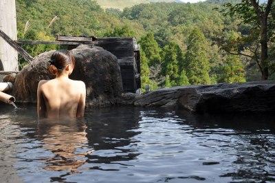 【ヌード画像】混浴露天風呂でタオルすら巻かない露出狂の素人画像(30枚)