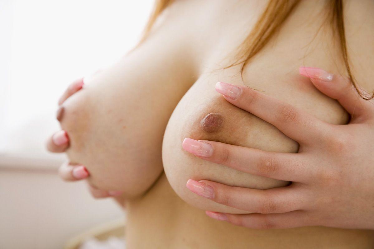 【ヌード画像】自分でおっぱい揉みしだいている女性って誘いまくっててエロくないですか?そんな画像をご堪能ください(50枚)