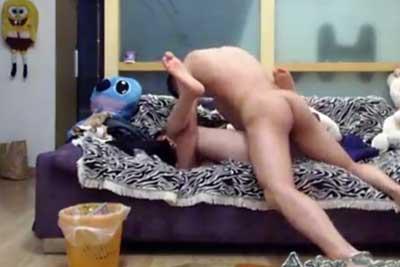 【盗撮動画】中国人カップルの自宅セックス隠し撮り!彼氏ガマンできずに前戯無でイキナリ挿入&激しいピストンww【無修正】
