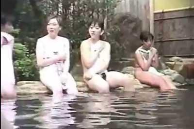 【盗撮動画】露天風呂女湯盗撮!四人組ギャルが岩場に座り裸体を披露!それぞれ違った陰毛の生え具合をご堪能くださいw