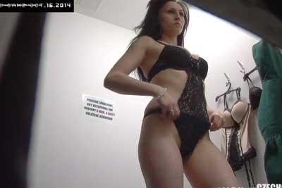 【盗撮動画】海外の下着売り場試着室を完全盗撮!超エロいボディーを持った美女が超エロいランジェリーを試着しちゃってますww