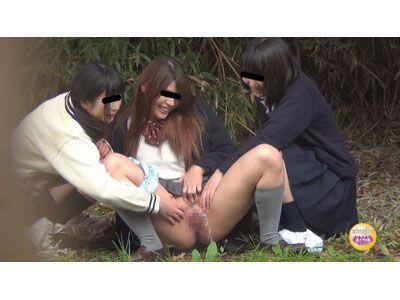 【盗撮】人目に付くかもしれない場所で悪ノリしたJKが下校途中に友達とまさかのオシッコ飛ばし合いw