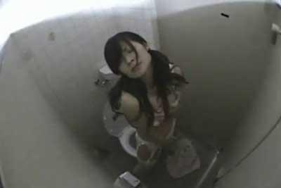 【盗撮動画】興味本位で公衆トイレに隠しカメラ仕掛けたら、ツインテールの超かわいい女の子が服脱いでオナニーしてる衝撃映像撮れちゃいましたww