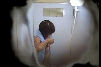 【盗撮動画】公共プールのシャワー室に隠しカメラを設置して、シャワー浴びて着替えるギャルたちを思い切り盗撮しちゃった動画になりますww