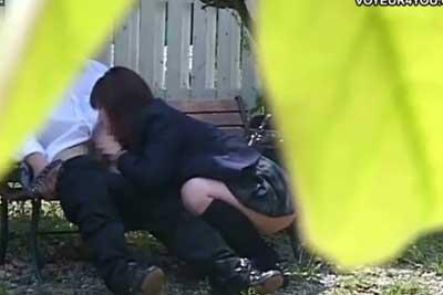 【盗撮動画】平日の昼間っから公園のベンチでフェラしちゃってる制服JKカップル発見!茂みに隠れて盗撮し続けたら制服着たまんま挿入し始めましたww