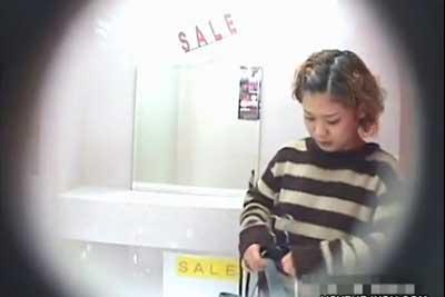 【盗撮動画】セクシーランジェリーショップの試着室に隠しカメラ仕掛けたら、ランジェリーとは無縁そうなストリートおしゃれ系ギャルの全裸ナマ着替え撮れちゃいましたw