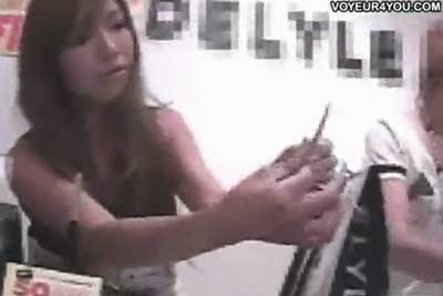 【盗撮動画】アパレルショップで超かわいい店員さんを見つけると、とりあえず顔を撮影しておいてその後接客を受けるフリをして下からパンティー盗撮ww