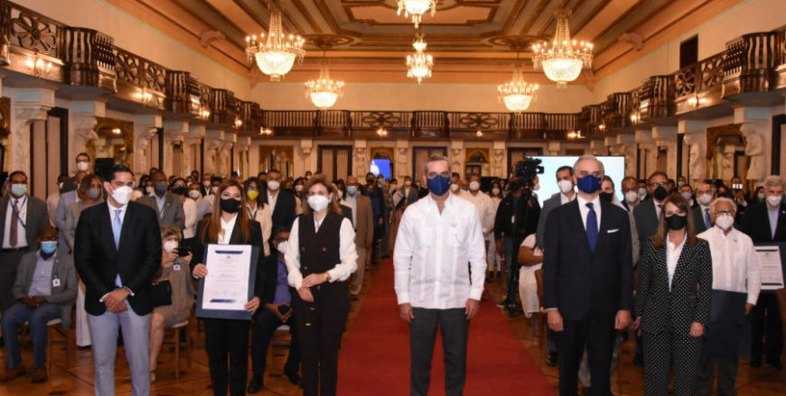 Ministro de Trabajo y Abinader entregan certificados de cumplimiento de protocolos de prevención a sector turístico