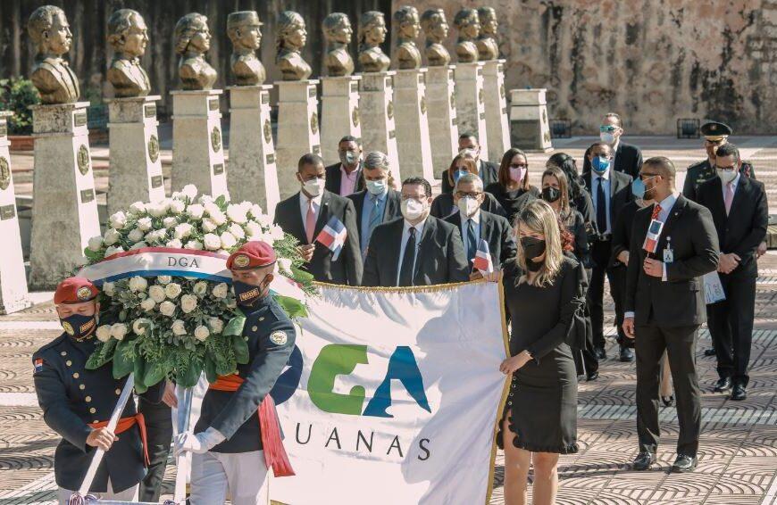 DGA deposita ofrenda floral en el Altar de la Patria