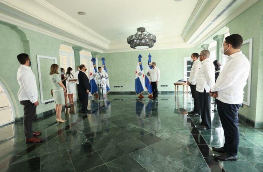 Mirex impone condecoración de la Orden del Mérito de Duarte, Sánchez y Mella en el Grado de Gran Cruz Placa de Plata, al embajador de la República Oriental del Uruguay