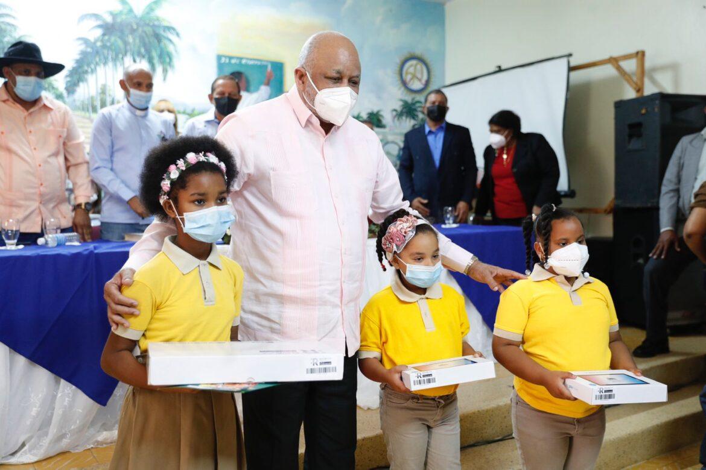Ministro de Educación entrega equipos tecnológicos para estudiantes de la línea noroeste
