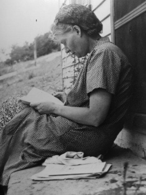DD0049aDay Day reading at farm, ca. 1937 (TIF)