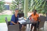 Besprechung mit Juliana bei Saft und Kuchen in der Stadt