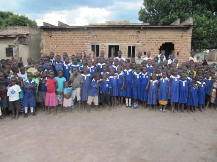 SchülerInnen vor der alten Schule