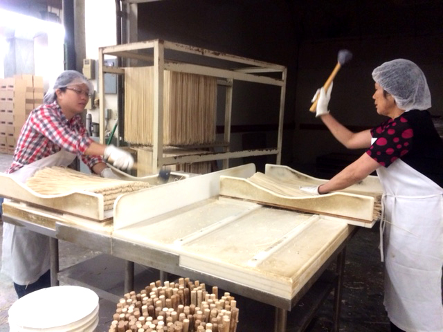 Tsue Chong Noodle factory workers (Photo by Assunta Ng/NWAW)