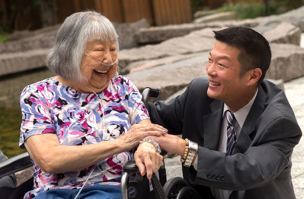 Jeffrey Hattori shares a laugh with Yone Terada, a former Keiro receptionist for 25 years and now a current resident. (Photo by Richard Kent, Yuen Lui)