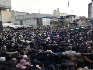 Manifestantes antigoverno acompanham enterro de civis mortos por forças sírias, nesta segunda (20), em Damasco (Foto: AP)