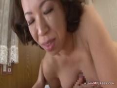 50代の垂れ乳熟女が息子のチンポに大興奮!笑顔でパイズリしておまんこに挿入してるおばさんの動画